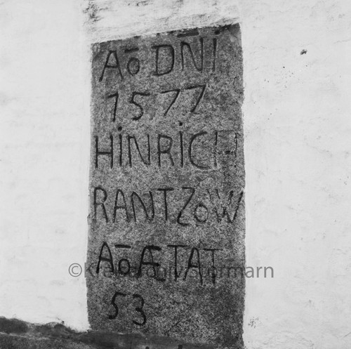 Portalstein des Erbauers Heinrich Rantzau von 1577, 1970