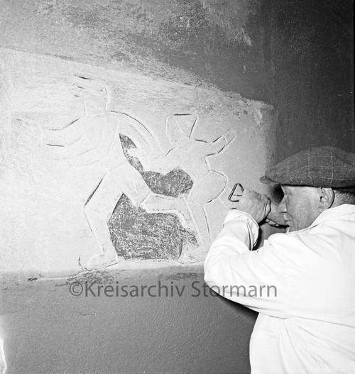 "Richard Kuöhl bei der Arbeit an dem Sgrafitto ""Schlittschuhläufer"", 1956"