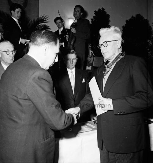 Verleihung des Großen Verdienstkreuzes des Verdienstordens der Bundesrepublik Deutschland, 1956
