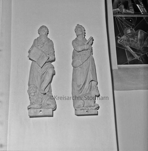 zwei Skulpturen von Evangelisten in der Peter-Paul-Kirche in Bad Oldesloe, 1975