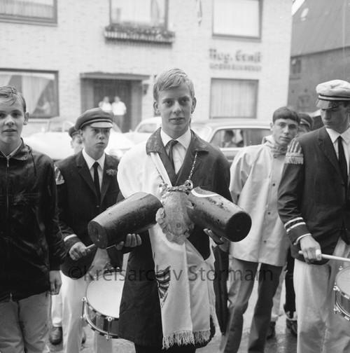 Hauptkönig Thomas Sturtz mit Schärpe und Königsschild, 1966