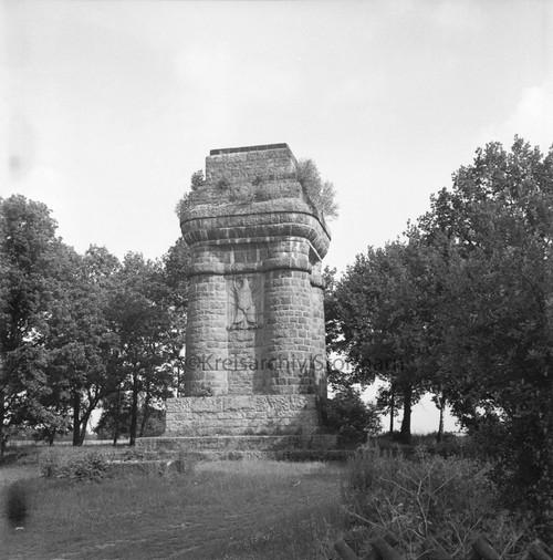Bismarcksäule in Reinbek, mit Eichenkranz und Feuerplatz