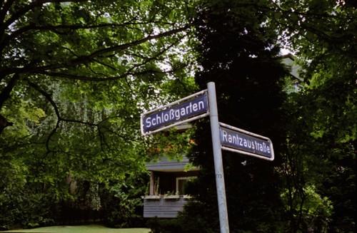 Straßennamen erinnern an den Auftraggeber des Herrenhauses, Heinrich Rantzau, sowie den Nachfolgebau, das sogenannte Wandsbeker Schloss, 2003