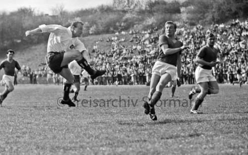 Uwe Seeler (HSV) beim Angriff auf das Tor des VfL Oldesloe im Travestadion in Bad Oldesloe, 1960