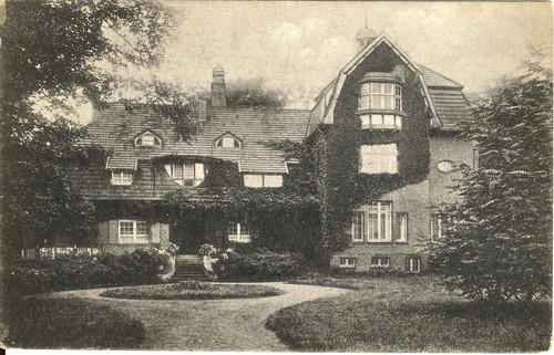 Eingeschossiger, älterer Trakt mit Dachgauben sowie zweigeschossiger, jüngerer Nordflügel mit Erker, 1926