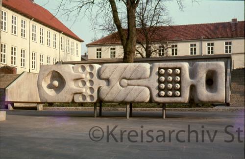 Betonplastik ohne Titel (1972) von Georg Weiland vor der Stadtschule in Bad Oldesloe, ca. 1985