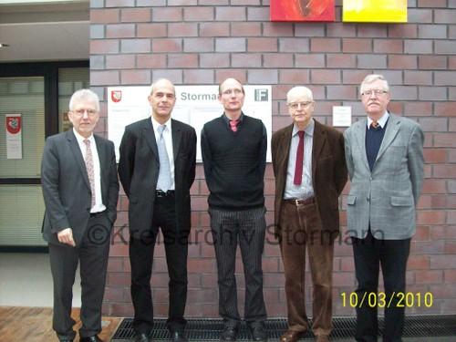 Landrat Klaus Plöger mit vier Vorsitzenden des Gutachterausschusses, 2010