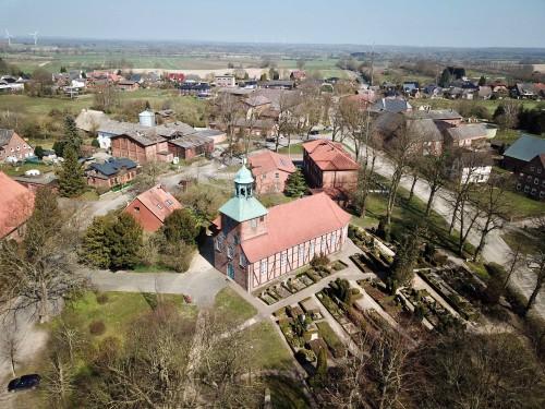Luftbild der Kirche in Eichede, 2020