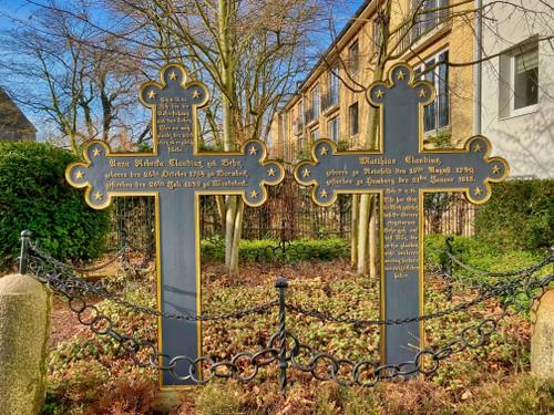 Grabkreuze für Matthias Claudius und seine Ehefrau Anna Rebecka Claudius auf dem Historischen Friedhof Wandsbek, 2021
