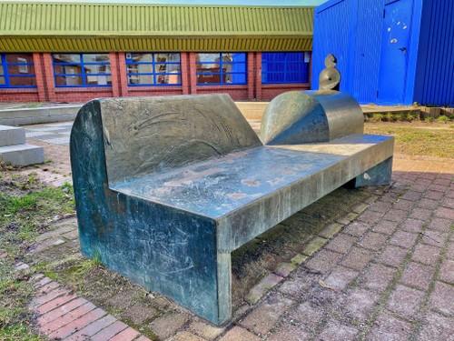 Bronzeplastik Sportler und Kampfrichterbank vor der Heinrich-Vogler-Sporthalle in Bad Oldesloe, 2021